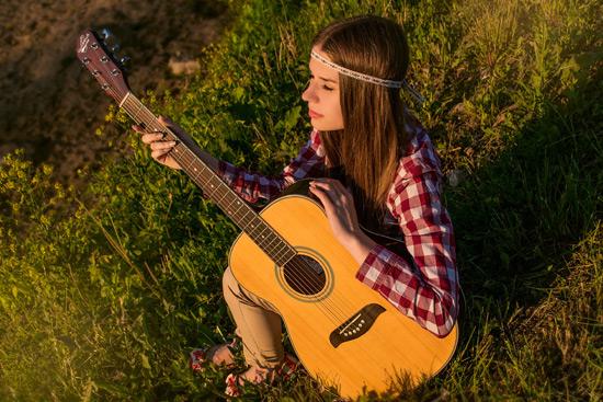 chica-guitarra-mejorar-conversion-tiendas-online-acens-blog-cloud